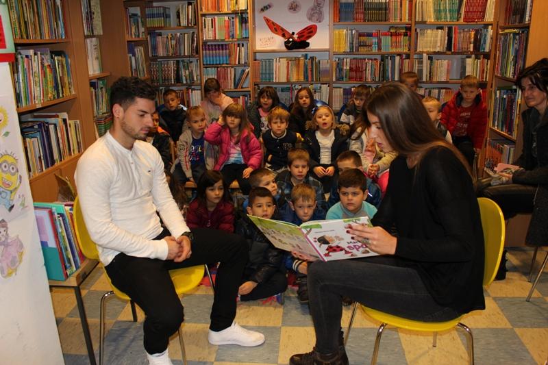 Antonija Radić i Stipe Jarloni čitali predškolcima u kninskoj knjižnici