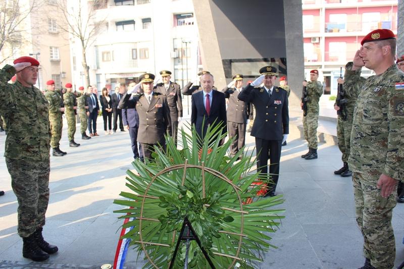 Ministar Krstičević u Kninu: Tražimo rješenje da 500 vojnika koji putuju na posao u Knin ostanu živjeti u Kninu
