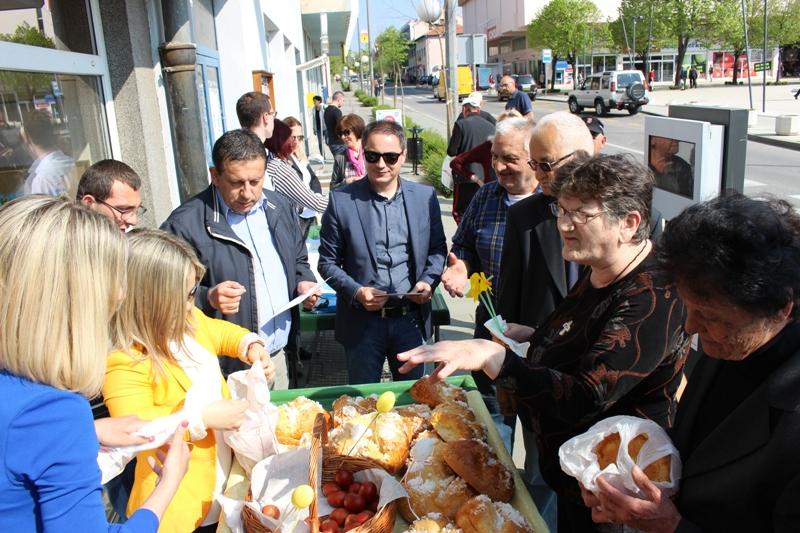 Uskrsno druženje ispred Turističke zajednice