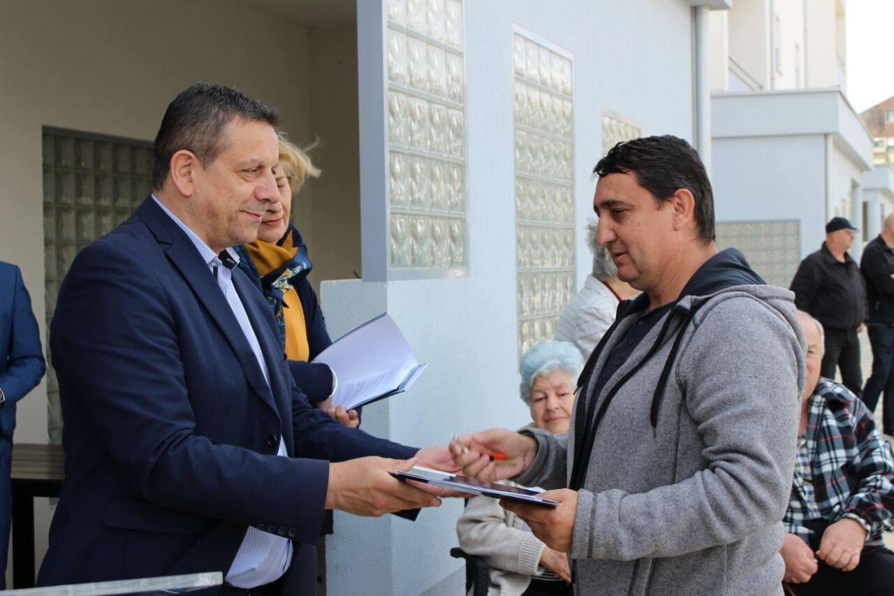 """Uručeni ključevi i ugovori o najmu stanarima nove zgrade """"Senjak"""""""