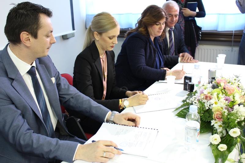 Kninskoj bolnici odobreno 5,5 milijuna kuna: Ugovor potpisali ministrica Žalac i ravnateljica Bitunjac