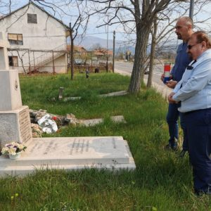 Gradska uprava položila cvijeće i zapalila svijeću na grobu prvog izabranog gradonačelnika Grada Knina