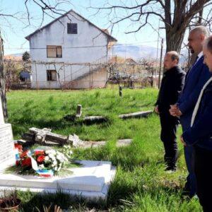 Gradska uprava položila cvijeće i zapalila svijeće na grobu prvog izabranog gradonačelnika Grada Knina